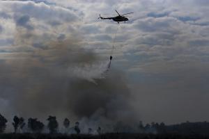 Helikopter Mi8-Mtv milik Badan Nasional Penanggulangan Bencana (BNPB) melakukan pengeboman air (water boombing) dari udara untuk memadamkan kebakaran lahan dan hutan yang terjadi di Ogan Ilir (OI), Sumatera Selatan, Kamis (4/8). Berdasarkan data 'hotspot' dari Lembaga Penerbangan & Antariksa Nasional (LAPAN) terdapat 104 titik hotspot di pulau Sumatera, dan 31 diantaranya di Provinsi Sumatera Selatan. ANTARA FOTO/Nova Wahyudi/foc/16.